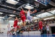 Martynas Kairavicius (Mitte) von Swiss Central Basket steigt am höchsten. (Bild: Philipp Schmidli / LZ (Luzern, 1. Oktober 2017))