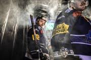 Tim Ramholt vor dem Betreten des Eises in der Bossard-Arena: Die Tage des Verteidigers im EV Zug sind gezählt. (Bild: freshfocus/Andy Müller)