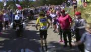 Chris Froome zu Fuss unterwegs Richtung Ziel. (Bild: Screenshot TV)