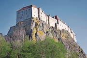 Die guterhaltene Burg thront auf einem Vulkanfelsen. (Bild: Alfred Schauhuber/Imago)