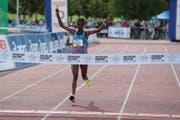 Die in Genf lebende Äthiopierin Tola Bekele läuft im Ziel ein und kann damit den Frauen-Streckenrekord für sich behaupten. (Bild: Roger Zbinden (03.09.2017))