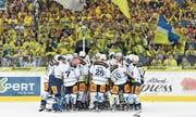 Die Zuger Spieler feiern den Finaleinzug vor der Davoser Fankurve. (Bild: Gian Ehrenzeller/Keystone (Davos, 1. April 2017))