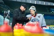 Erik Granqvist, Goalie-Coach der Zuger, schaut sich zusammen mit seinem Schützling Tobias Stephan eine Torszene in der Bossard-Arena an. (Bild: Maria Schmid / Neue ZZ)