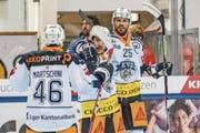 Beleben das Zuger Spiel: Viktor Stalberg (rechts) und Garrett Roe (Mitte) mit Lino Martschini. (Bild: Andy Mueller/Freshfocus (Davos, 8. September 2017))
