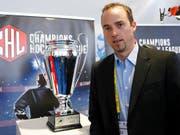 Patrick Lengwiler, hier neben dem Pokal der Champions Hockey League, plant, den EV Zug breiter aufzustellen (Bild: KEYSTONE/SALVATORE DI NOLFI)