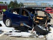 """Im März verunfallte der Fahrer dieses Tesla im kalifornischen Mountain View. Dabei war der """"Autopilot"""" eingeschaltet. Der Lenker wurde beim Crash tödlich verletzt. (Bild: Keystone/AP KTVU/)"""
