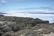 Vom Meer geschliffene Gesteinsformen an Oahus Nordküste. (Bild: Andreas Fässler)