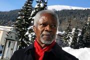 Eilt in Davos bei strahlender Sonne von einem Termin zum andern: Ex-UNO-Generalsekretär Kofi Annan. (Bild André Häfliger/Neue LZ)