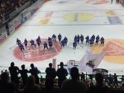 Die EVZ-Spieler bedanken sich nach dem Spiel bei den Fans für die Unterstützung. (Bild: René Meier)