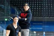 Dominik Volejnicek (links) und Livio Stadler auf der Spielerbank in der Bossard-Arena. (Bild Stefan Kaiser)
