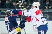 Ein Spiel mit hitzigen Momenten: Zugs Fabian Schnyder (links) gegen Fabrice Herzog von den ZSC Lions. (Bild: Keystone)