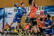 Wuchtig zum Abschluss: Peter Schramm vom HC Kriens-Luzern (links). (Bild: Nadia Schärli (Kriens, 31. Januar 2018))