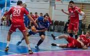 Fabio Baviera (Mitte) vom HC Kriens-Luzern führt einen Angriff aus im Cup-Spiel gegen den BSV Bern Muri in der Maihofhalle. (Bild: pd)