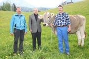 Von links: Präsident Fidel Kenel, Siegespreis-Spender Fridolin Jeggli, Rind Victoria und Eigentümer Oswald Schnüriger. (Bild: PD)
