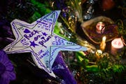 Fans von Prince trauern in Minneapolis. (Bild: EPA / Craig Lassig)