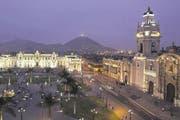 Im Hintergrund der beleuchtete Regierungspalast an der Plaza de Armas in Limas Altstadt, rechts die Kathedrale. (Bild EPA)