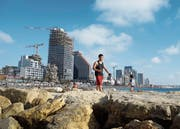 Hinter der Strandpromenade liegt die «Weisse Stadt». Diesen Namen verdankt die zweitgrösste Stadt Israels ihren vielen freien, weiss getünchten Fassaden.