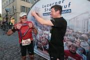 Zwei nimmermüde Jubilare: Die Stadtluzerner Werner Bucher (links) und Simon Hofstetter überreichen sich gegenseitig die 40. Medaille. (Bild: Roger Zbinden)