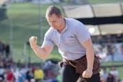 Christian Schuler feiert seinen Sieg über Beat Clopaht im ersten Gang. (Bild: KEYSTONE/Urs Flueeler)