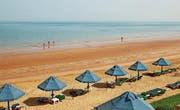 Das Emirat Ras al-Khaimah verfügt über insgesamt 65 Kilometer Sandstrand. (Bild: Khmelnytskyi Viacheslav)