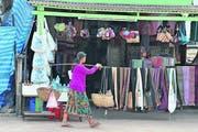 Auf dem Heimweg vorbei an den Marktständen in Luang. (Bild Oskar Keller)