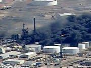Das Feuer dürfte noch tagelang brennen: In einer Ölraffinerie im US-Bundesstaat Wisconsin ist ein Grossbrand ausgebrochen. (Bild: KEYSTONE/AP KSTP-TV)