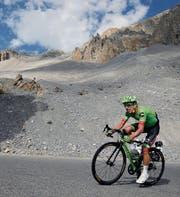 Rigoberto Uran befindet sich in Topform. Sein Pech ist, dass immer wieder jemand anders noch stärker fährt als der Kolumbianer. (Bild: Peter Dejong/AP (Izoard Pass, 20. Juli 2017))