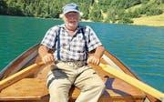Der bekannte Fischereiaufseher Peter Hauser in seinem Boot, das schon sein Vater über das idyllische Seelisbergerseeli gesteuert hat. (Bild: Otto Odermatt (Seelisberg))