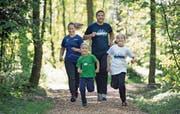 Laufeinheit der Familie Heinzer im Maihölzli-Wald bei Hünenberg: Mutter Daniela und Vater Armin mit Timon und Tabea. (Bild: Corinne Glanzmann (22. April 2017))