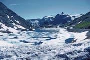 Auch im Hochsommer ist der Grosse-Sankt-Bernhard-Pass noch schneebedeckt, und auf dem See schwimmen Eisschollen. Er verbindet das Wallis mit dem Aostatal. (Bild: Esther Wyss)