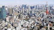 Einen guten Überblick über die Grösse der Stadt erhält man von einem der vielen Türme, denn «unten» fühlt sich die Stadt kleiner an. Schön ist die Aussicht auf den prägnanten rot-weissen Tokyo Tower. (Bild: Marco Kamber)