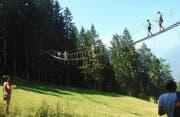 Adrenalinkick: Im Hochseilgarten auf der Familienalm Taser oberhalb von Schenna kann man klettern, bergsteigen und die Höhenangst überwinden. (Bild: Sarah Coppola-Weber)