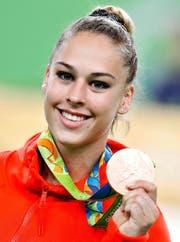 Präsentiert stolz ihre Bronzemedaille: Giulia Steingruber. (Bild: EPA/Tatyana Zenkovich)