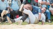 Bruno Nötzli (in Weiss) zog sich auf der Rigi gegen Joel Wicki einen Kreuzbandriss zu und musste die Saison beenden. (Bild: Urs Flüeler/Keystone (Rigi Staffel, 9. Juli 2017))