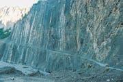 Entlang steilen Felswänden durch das spektakuläre Girdmançay-Tal. (Bild: Brigitte Schmid-Gugler)