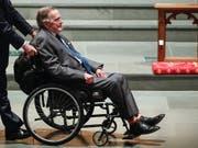 Sitzt im Rollstuhl und leidet an Parkinson: der frühere US-Präsident George H.W. Bush. (Bild: KEYSTONE/EPA HOUSTON CHRONICLE / POOL/BRETT COOMER / POOL)