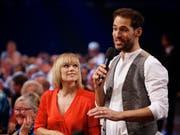 """Francine Jordi und Alexander Mazza präsentieren die """"Stadlshow"""" am Samstagabend in Offenburg. (Bild: KEYSTONE/APA/PETER KRIVOGRAD)"""
