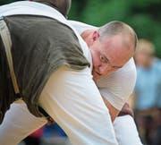Der Thurgauer Stefan Burkhalter (rechts) kämpft hier am Glarner-Bündner Schwingfest gegen den Bündner Mike Peng. (Bild: Gian Ehrenzeller/Keystone (Niederurnen,)