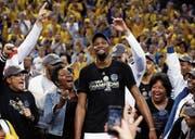 Ziel erreicht: Kevin Durant lässt sich nach dem gewonnenen Final von den Fans feiern. (Bild: Larry W. Smith/EPA (Oakland, 12. Juni 2017))