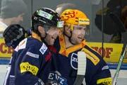 Der zweite erfolgreiche Versuch von Pierre-Marc Bouchard (rechts; mit Holden) im Penaltyschiessen bedeutete Zugs elften Sieg gegen Fribourg im zwölften Duell in der Bossard-Arena. (Bild: Keystone / Alexandra Wey)