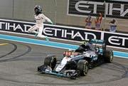 Das war der Abschluss der Saison 2016: Nico Rosbergs Freudensprung als Weltmeister.Bild: Luca Bruno/Keystone (Abu Dhabi, 27. November 2016)