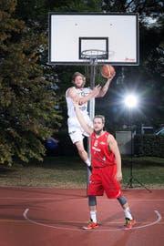 Spielen von Kindesbeinen an Basketball: die beiden 26-jährigen Michael Plüss (oben) und Ralph Güttinger aus Steinhausen.Bild: Maria Schmid (Zug, 7. Oktober 2016)