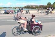 Hier geniessen die Velofahrer Priorität: Familienausflug auf der Königin-Louise-Brücke. Im Sommer ist sie ein beliebter Treffpunkt. (Bild: Niels Anner)