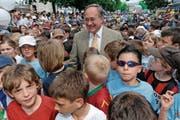 (Alt) Bundesrat Samuel Schmid vor zehn Jahren als Ehrengast in der Bahnhofstrasse. (Bild: Alexandra Wey/Keystone (Luzern, 28. April 2007))