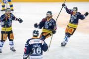 Die Zuger mit Josh Holden, mitte, feiern das 1:0 beim dritten Eishockey Playoff Halbfinalspiel der National League A zwischen dem EV Zug und dem HC Davos am Samstag, 25. Maerz 2017, in Zug. (KEYSTONE/Urs Flueeler) (Bild: URS FLUEELER (KEYSTONE))