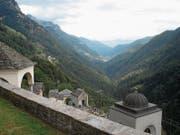 Friedhof mit Aussicht: Blick von Comologno talauswärts. (Bild: Beda Hanimann)