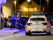 Eine Sondereinheit der Polizei sperrte den Tatort in Payerne (VD) weiträumig ab. (Bild: KEYSTONE/CHRISTIAN BRUN)