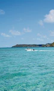 Hinein ins glasklare Wasser – bei Mahébourg an der Südküste von Mauritius. (Bild: Karte oas)
