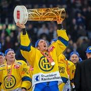 11. April 2015: Der Davoser Marc Wieser feiert den Meistertitel. Es ist der 31. Titelgewinn für den Bündner Klub. (Bild: Keystone/Patrick B. Krämer)