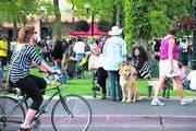 Lebenslust und Lebenskunst auf der Plaza von New Mexicos 70 000-Einwohner-Hauptstadt. (Bild: Chris Corrie)